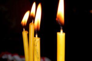 Простой приворот супруги со свечами
