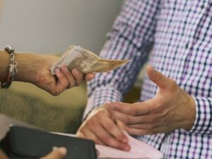 Самые сильные заговоры на деньги и удачу в домашних условиях